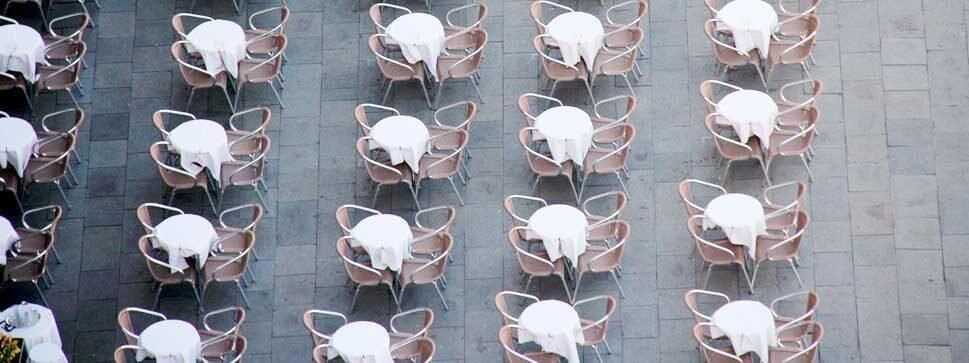 Das Bild zeigt den leeren Markus Platz in Venedig von oben. Zu sehen sind mehrere Tische und Stühle in Reih und Glied. So ähnlich funktionieren die sozialen Netzwerke Facebook, Instagram, Twitter. Sobald der erste Gast sitzt, gesellen sich weitere hinzu.