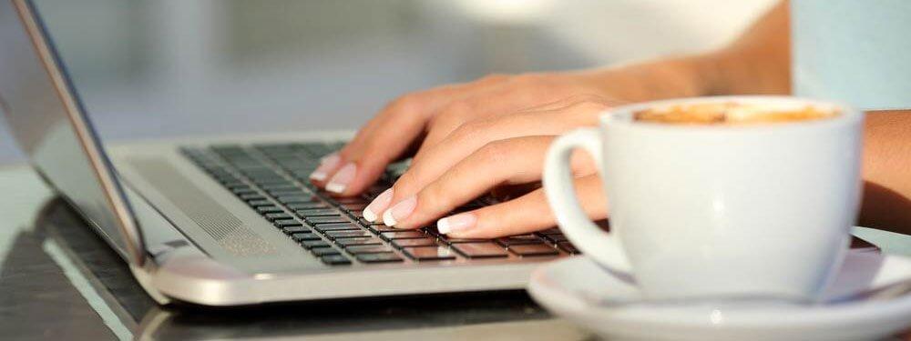 Guter Text für Print, Online und Social Media. Das Bild zeigt einen Texter am Computer beim Arbeiten und Schreiben.