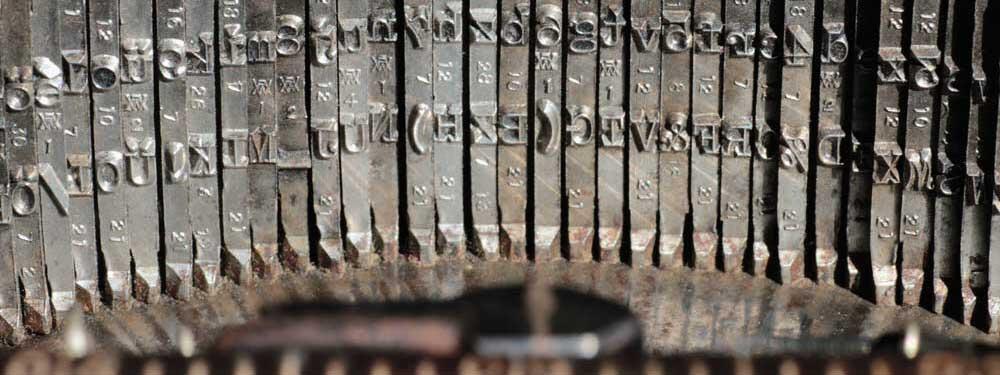 Texte optimieren mit viel Fingerspitzengefühl und unter Berücksichtigung von Suchmaschinenoptimierung. Das Bild zeigt die Anschläge einer alten Adler-Schreibmaschine. Copyright Sonja Möschter